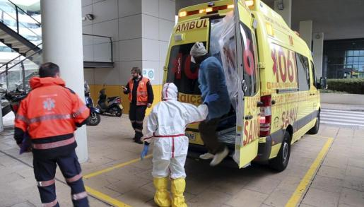 El paciente con un posible contagio por ébola a su llegada este jueves al hospital de Son Espases.