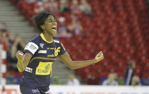La jugadora española Alexandrina Cabral celebra un gol conseguido ante Montenegro durante la semifinal del Campeonato de Europa de balonmano que se disputa en Hungría.