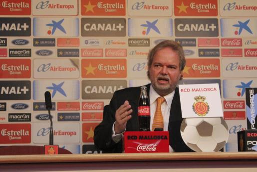 El alemán Utz Claassen atiende a los medios de comunicación tras la reunión de consejo de administración del Real Mallorca en donde ha sido nombrado nuevo presidente de la entidad bermellona.