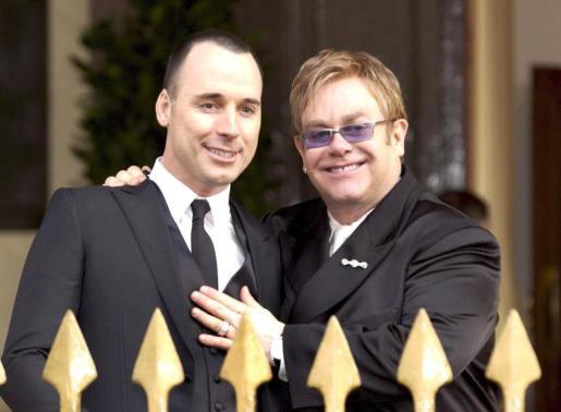 Sir Elton John y su pareja David Furnish formalizaron su unión civil el 21 de diciembre de 2005.