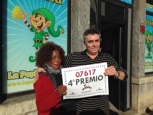 Juliet Osa Osifo, agraciada con 20.000 euros, junto a Toni López, responsable de la administración de lotería de la calle Antoni Frontera de Palma donde se vendió el premio.