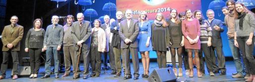 Todos los premiados posaron juntos sobre el escenario del Auditori d' Alcúdia antes del comienzo de la gala.