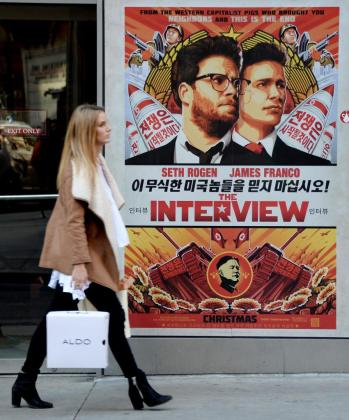 Vista de un afiche promocional de la película 'The Interview' en el teatro Regal de Nueva York.
