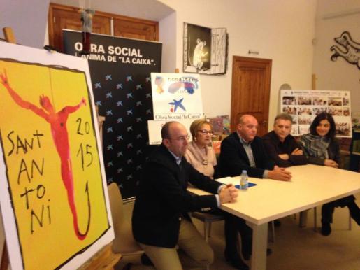 Momento de la presentación de la imagen cedida por Miquel Barceló para el escapulario de San Antoni 2015 de es Grif.