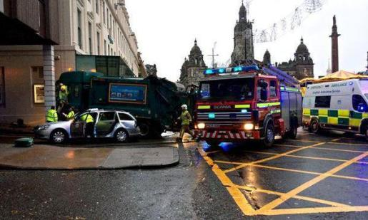 Un camión de la basura se ha llevado por delante a un grupo de peatones en Glasgow, dejando varios muertos y heridos.
