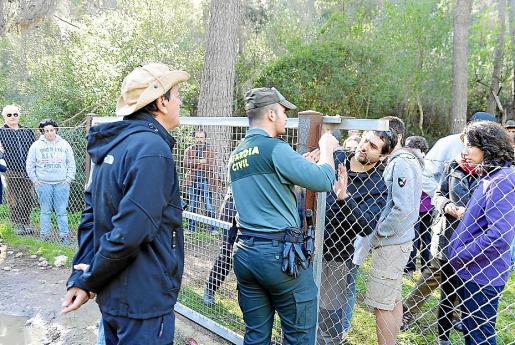 Un agente de la Guardia Civil tuvo que libera a los manifestantes, que fueron encerrados en la finca durante la escursión al Molí des Castellet.