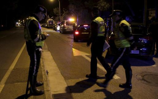 Agentes de la Policía Local de Palma durante uno de los controles realizados este pasado fin de semana.