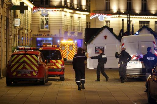 La policía francesa acordona un mercadillo después de que un hombre lanzase su furgoneta contra la gente dejando diez heridos, cinco de ellos de gravedad.      ATTENTION EDITORS FRENCH LAW REQUIRES THAT CAR REGISTRATION PLATES ARE MASKED IN PUBLICATION WITHIN FRANCE FRANCE-CRIME/
