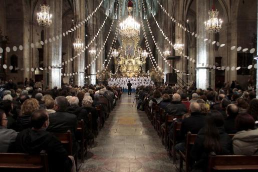 Los Blauets fueron los encargados de iniciar el Concert Solidari de Nadal celebrado en la iglesia de Santa Eulàlia de Palma.