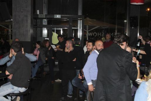 Un numeroso público acudió a la inauguración del nuevo resto music club Pa'lante.