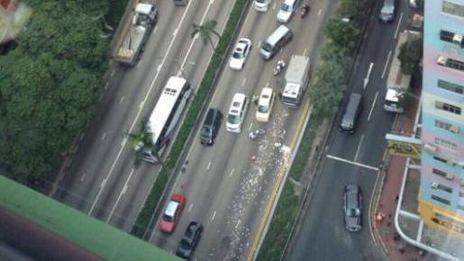 El furgón blindado perdió los billetes en una autopista.