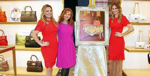 Sandy y Gaby Bianco junto a la artista Pilar García y el cuadro con el principal bolso de la colección de Mulberry, el Bayswater bag color hibiscus.