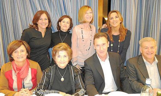 Charo Sanz, Ana Maria Arruego, Leslie Gelabert, Inmaculada Martínez. Sentados: Maria José Guerrero, Aina Ferrando, Fernando Aznar y Manuel Fernández.