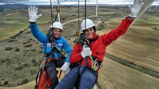 Jesús Calleja, de azul, y Pedro Sánchez, colgados en las alturas desde un aerogenerador de 70 metros, en el programa Planeta Calleja.