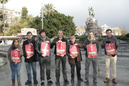 Joan Lladó y Biel Barceló –en la imagen, separados por un representante del STEI– en el momento de posar con los carteles de la convocatoria de la manifestación de este martes, convocada por la Plataforma 31 de Decembre, de la que también forma parte la Assemblea Sobiranista.