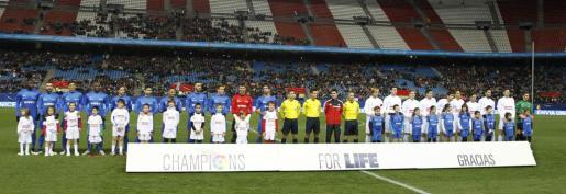 Los equipos de las selecciones de la Liga de Fútbol Profesional, Este y Oeste, posan antes del comienzo del partido de la segunda edición de Champions for Life.