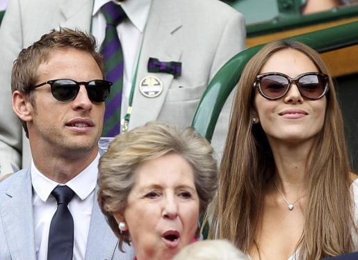 El piloto británico de Fórmula Uno, Jenson Button, (a la izquierda) con su novia la movelo japonesa Jessica Michibata.