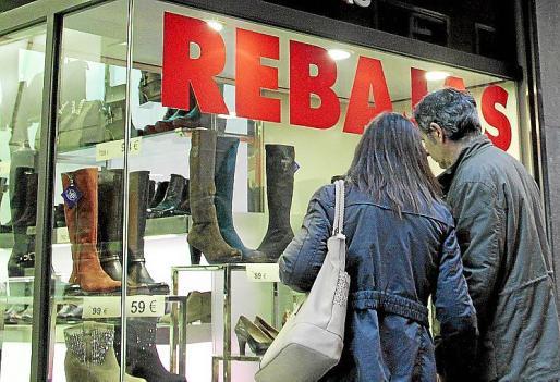Los comercios del centro de Palma ya han colgado el cartel de rebajas.