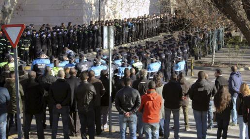 Fotografía facilitada por el Ministerior del Interior de los asistentes al funeral por Francisco Javier O., el agente de 28 años que murió en Madrid arrollado por un tren.