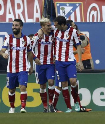 Antoine Griezmann celebra con Arda Turan y Diego Godín el segundo gol ante el Levante.