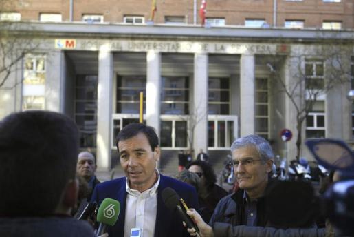 El secretario general del PSM, Tomás Gómez, durante las declaraciones que realizó tras la renuinión que ha celebrado con profesionales sanitarios en el hospital de La Princesa.