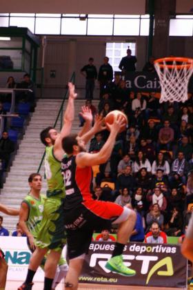 Un jugador del Palma Air Europa penetra a canasta ante la oposición de un jugador del Planasa Navarra.