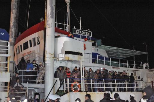 La policía italiana espera a los inmigrantes del barco 'Ezadeen'.