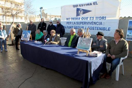 La dirección del Club Marítimo Molinar ha explicado el estado del proyecto en los exteriores de la instalación.