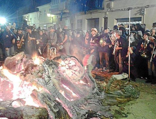 Hubo una multitud que cantó y vibró con los tradicionales 'goigs'.