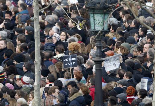 Miles de personas se han acercado desde primera hora de la mañana a la plaza de la República de París.