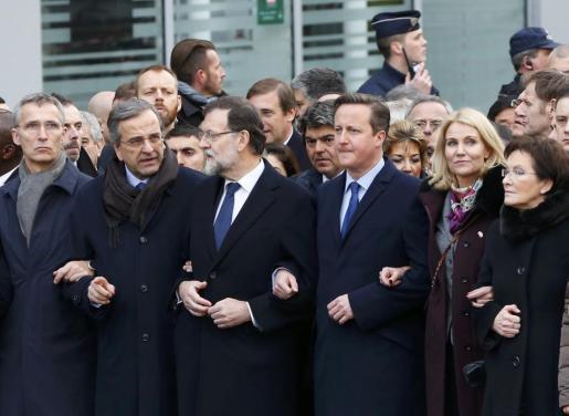 Los líderes políticos han encabezado la marcha. En la imagen, de izquierda a derecha, el presidente griego, Antonis Samaras, el presidente del Gobierno, Mariano Rajoy, el primer ministro británico, David Cameron, la primera ministra de Dinamarca, Helle Thorning Schmidt, y el primer ministro polaco, Ewa Kopacz.
