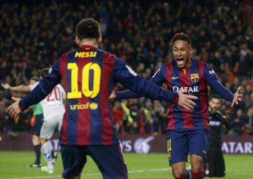 Los jugadores del F.C. Barcelona Messi y Neymar celebran uno de los goles del partido.