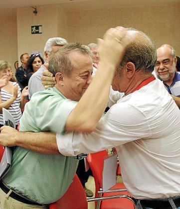 Lorenzo Bravo y Manuel Pelarda, abrazándose en el último congreso de UGT celebrado en 2013.
