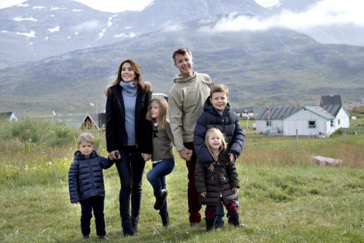 El príncipe Federico, heredero al trono de Dinamarca (3d), y la princesa María (2i), posan para una fotografía junto a sus hijos el príncipe Cristian (d), la princesa Isabella (3i), el príncipe Vicente (i) y la princesa Josefina (2d), el pasado mes de agosto.