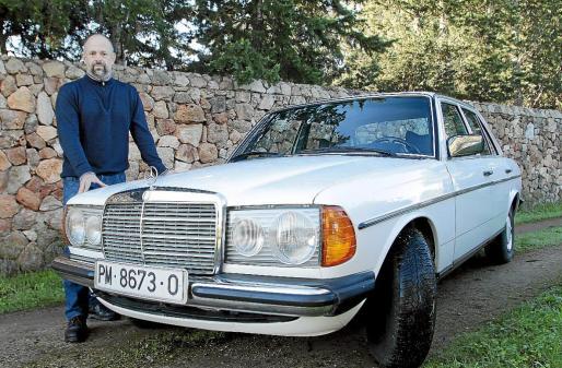 Gabriel Gomila se siente orgulloso del Mercedes 200 que heredó de su padre.
