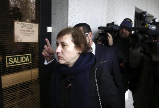 La auxiliar de enfermería Teresa Romero (2d) y la médico de Atención Primaria que la atendió en un centro de salud de Alcorcón (Madrid) han sido convocadas este miércoles a un acto de conciliación.