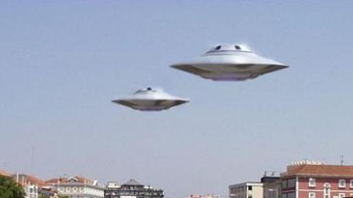 Imagen de dos OVNIs sobrevolando una ciudad.
