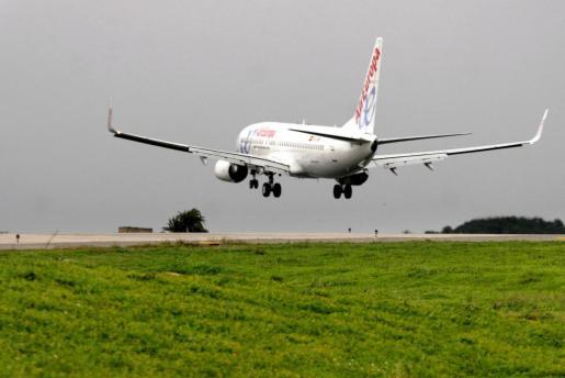 Un avión de Air Europa aterriza en el aeropuerto de Eivissa.