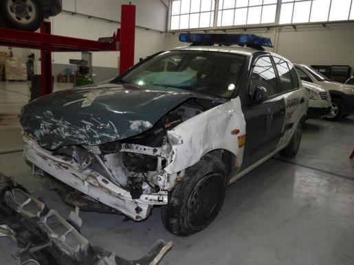 El vehículo quedó destrozado por la colisión.