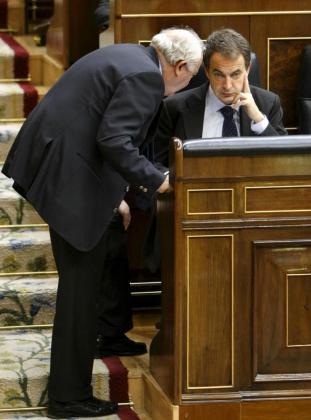 Rodríguez Zapatero escucha al ministro Moratinos durante la sesión de control al Gobierno.
