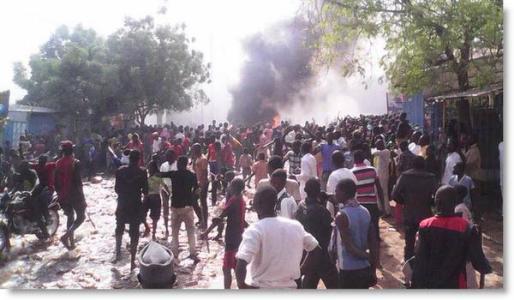 Cerca de 4.000 manifestantes han quemado 10 iglesias en Zinder (Níger) en protesta por la participación del presidente de la nación en la manifestación de protesta de París contra los atentados yihadistas.