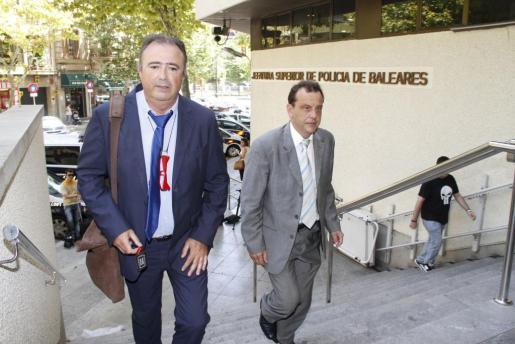 El fiscal Anticorrupción Miguel Ángel Subirán (izquierda), entrando en la Jefatura Superior de Policía.