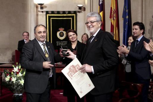 Joan Pons recogió la Medalla d'Honor de manos de Josep Prohens, presidente de la Reial Acadèmia de Sant Sebastià.