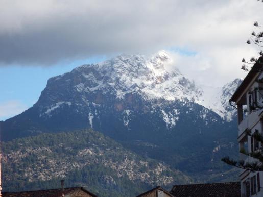 La nieve cuajó en la cumbre del Puig Major, con un grosor de más de veinte centímetros, según la Aemet.