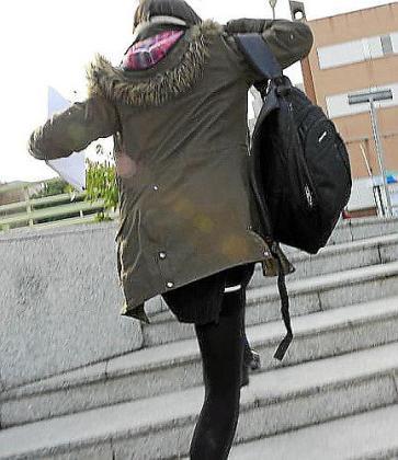 Patricia Conde camuflada con una peluca morena y una enorme bufanda.