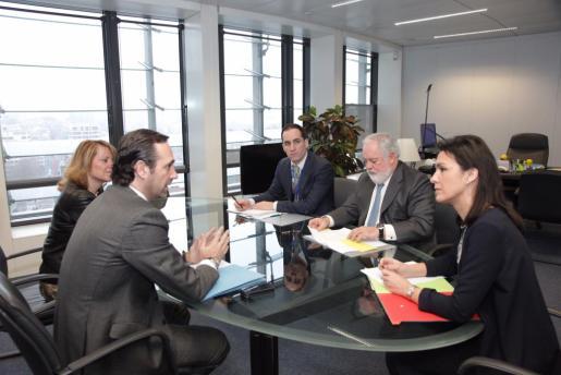 El president de las Illes Balears, José Ramón Bauzá, a la sede de la Comisión Europea con el comisario europeo de Acción por el Clima y Energía, Miguel Arias Cañete.