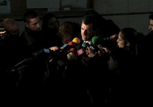Miquel Nadal, rodeado de micrófonos al salir de los juzgados.