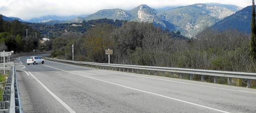 El alcalde de Alaró apuesta por habilitar un carril junto a la carretera.