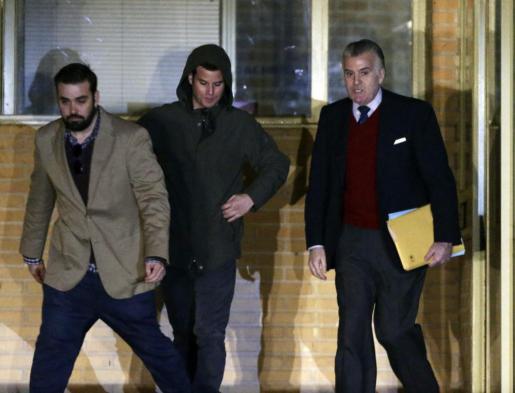 El extesorero del PP Luis Bárcenas, acompañado de su hijo Guillermo, a su salida de la prisión madrileña de Soto del Real.