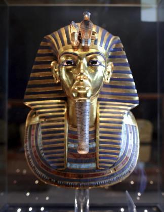 Foto de la máscara dorada de la momia de Tutankamón, de 3.000 años de antigüedad, expuesta en el Museo Egipcio de la plaza Tahir en El Cairo.